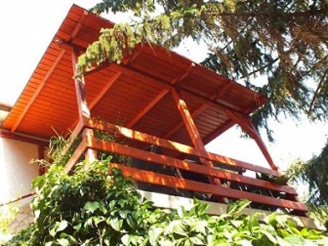 fa előtető, kovácsoltvas asztal, kovácsoltvas szék, fa erkély, lengőkapu, függőkapu